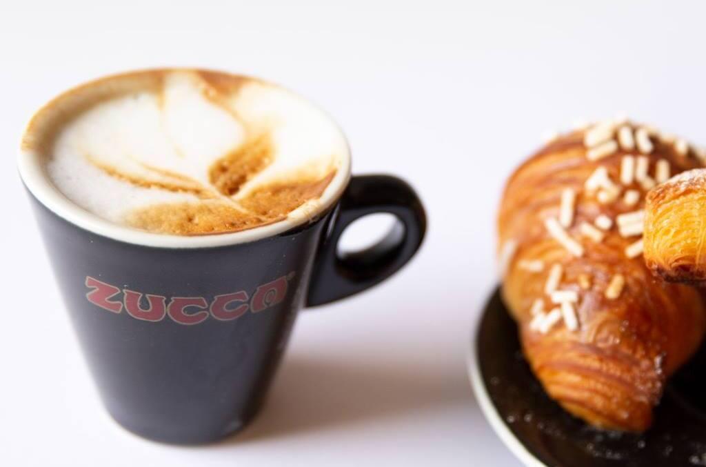 tazzina di caffè del Bar Zucca di Torino con brioches a fianco