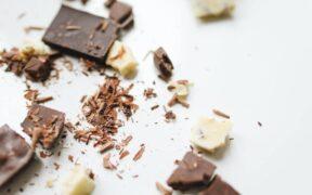 scaglie di cioccolato fondente e bianco