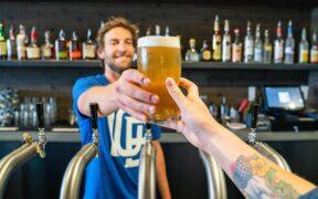 publican che serve una birra al cliente