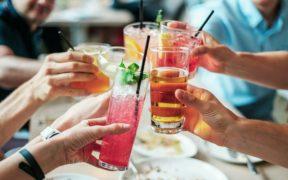 persone che brindano con cocktail
