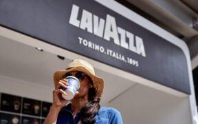 giovane donna beve caffè Lavazza