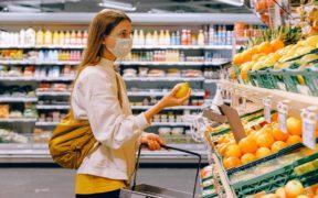 giovane donna che fa la spesa con mascherina