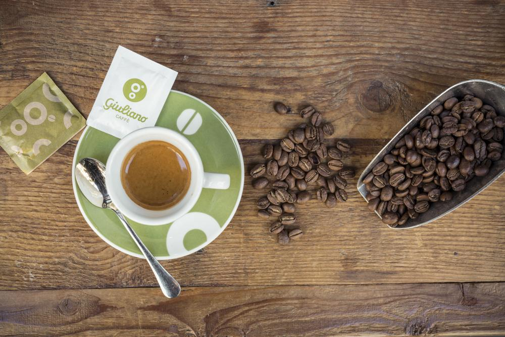 tazzina di caffè e chicchi
