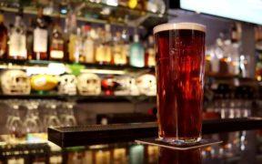 pinta inglese con birra sul bancone del pub