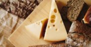 tagliere con formaggi e pane