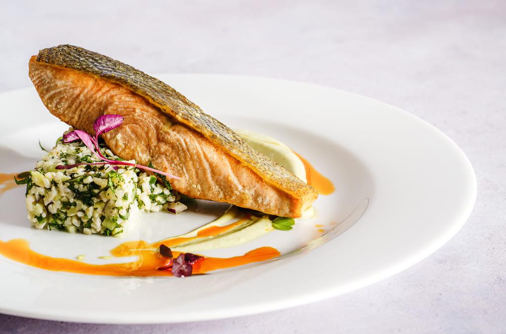 piatto di pesce con salsa
